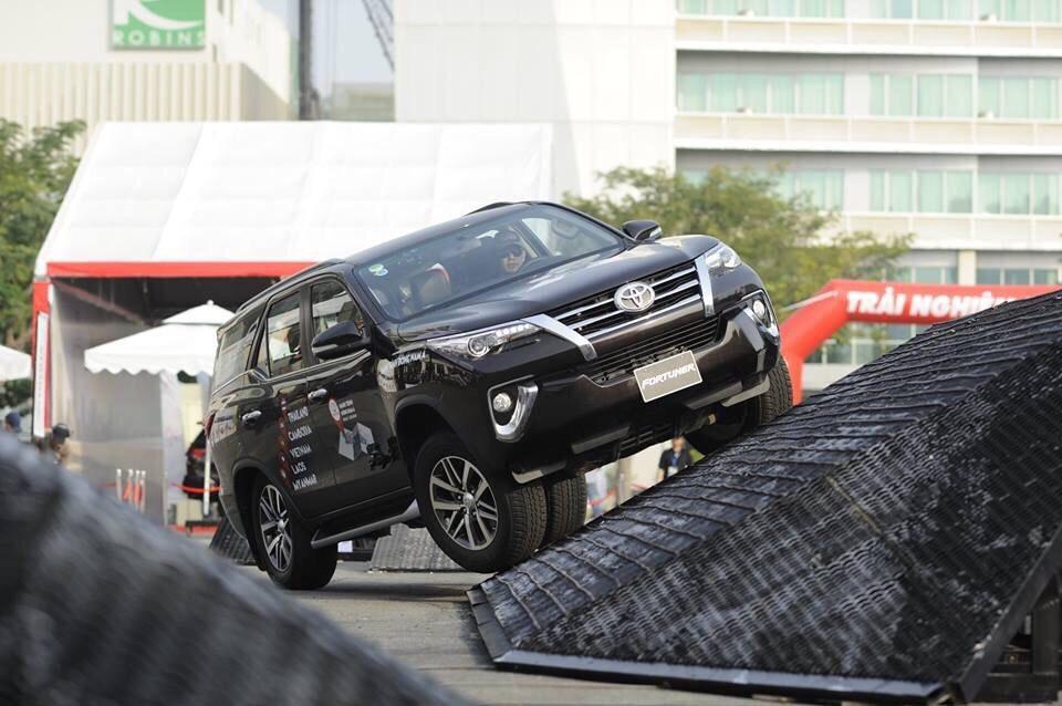 Đánh giá Toyota Fortuner 2.7 V 4x2 lăn bánh mua xe trả góp tại TPHCM ảnh 12 - Fortuner 2.4G 4x2 AT [hienthinam]: giá xe và khuyến mãi mới