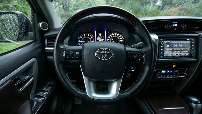 Tay lái Toyota Fortuner