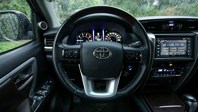 Tay lái Toyota Fortuner - Fortuner 2.7 V 4x2 AT [hienthinam]: giá xe và khuyến mãi mới