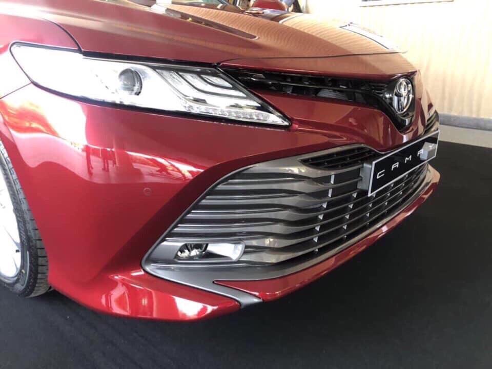 hình ảnh thực tế ngoại thất camry 2019 màu đỏ ảnh 3 - Camry 2019: khuyến mãi và giá xe cập nhật tháng [hienthithang]