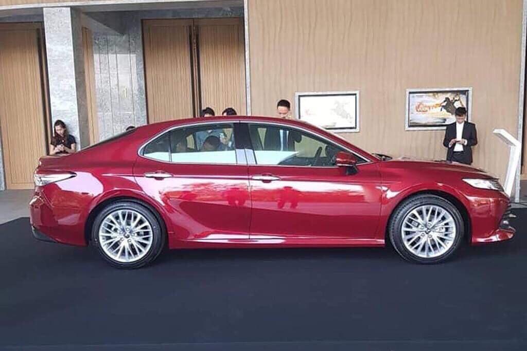 hình ảnh thực tế ngoại thất camry 2019 màu đỏ ảnh 4 - Camry 2019: khuyến mãi và giá xe cập nhật tháng [hienthithang]
